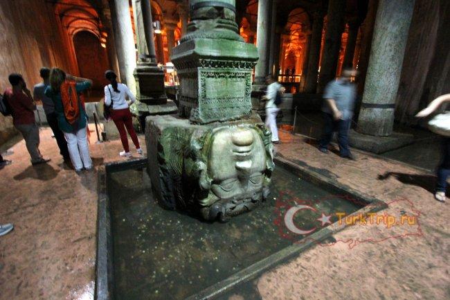 Медуза Горгона перевернутая в основании колонны