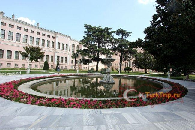 Парк с бассейном во Дворце