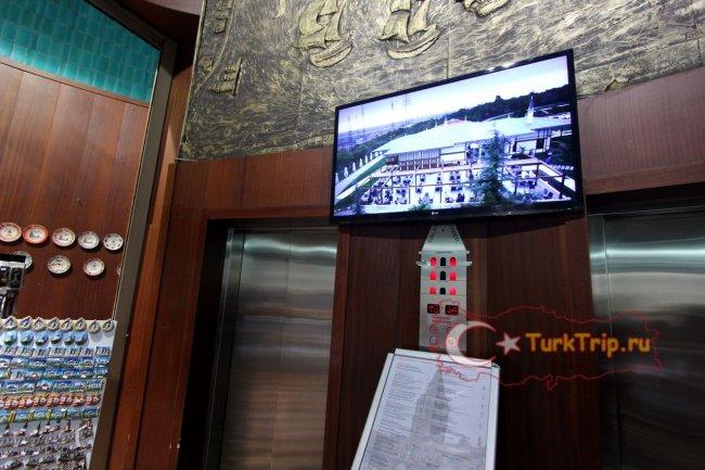 Эксклюзивный лифт с кнопочной панелью в виде башни и меню ресторана внутри