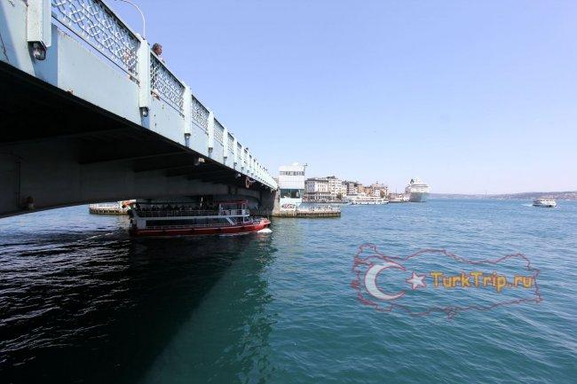 Круглосуточно под мостом проплывают туристические кораблики
