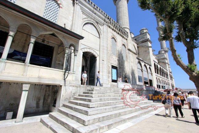 Выход из мечети