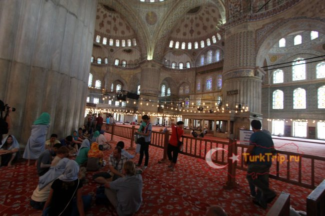 Внутри Голубой мечети можно просто отдохнуть