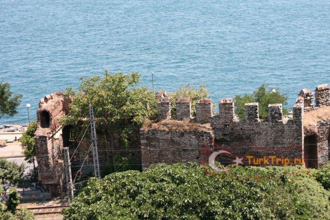 Вид на древнюю стену из кафе