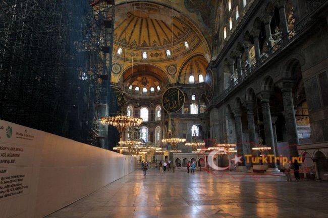 Фрески и арабские щиты под куполом Святой Софии