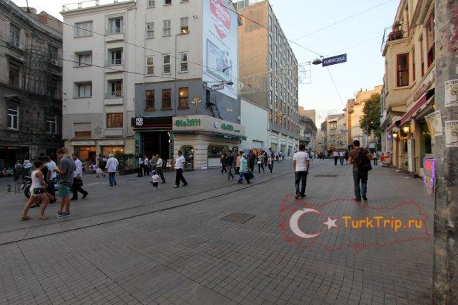 Улица Истикляль берет свое начало от района Галата