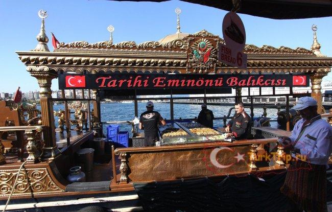 Бутерброды со свежей рыбой делают прямо в лодке недалеко от билетных касс