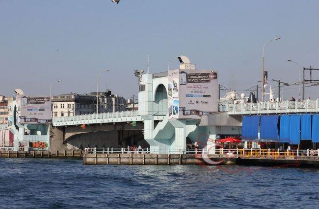 В начале прогулки по Босфору паром проплывает под Галатским мостом