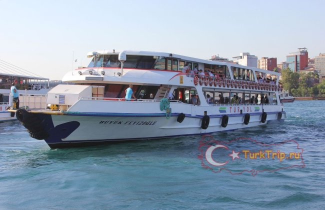 На таких корабликах возят туристов на прогулки по Босфору