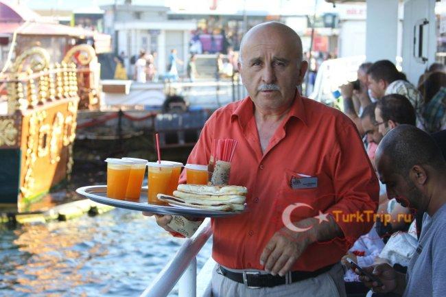 На туристическом пароме продают чай, сок, пирожки, сладости