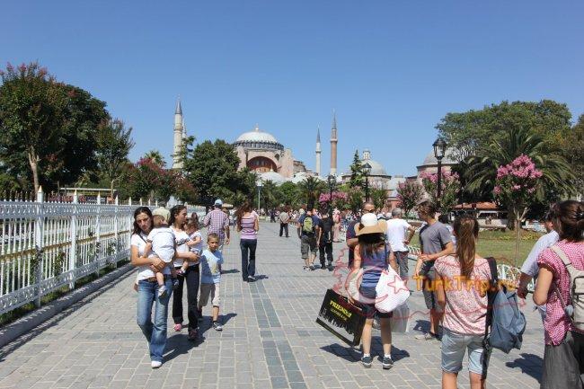Султанахмет парк, впереди Софийский собор