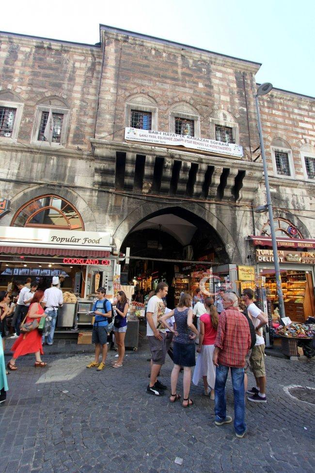 Вход на рынок специй в  Стамбуле