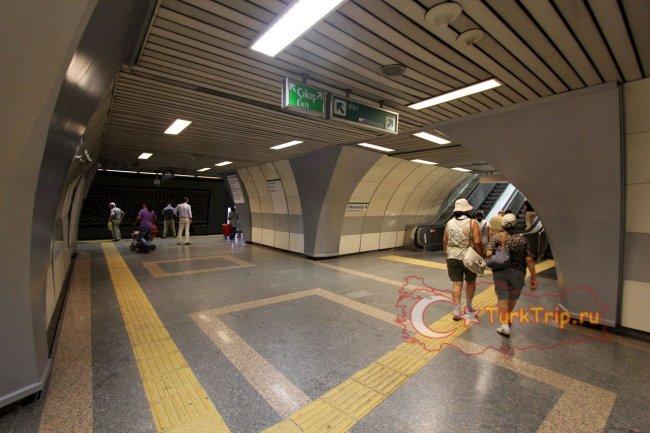 Есть 2 выхода из метро Шишили- ?i?li  и Mecediyek?y, чтобы попасть в Джевахир, выбирайте первое.