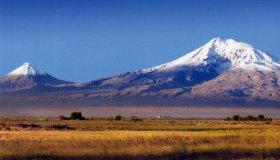 Двувершинная Гора Арарат находится на территории Турции